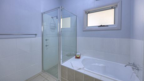 Bathroom - Cottage - Endeavour Court Motor Inn Dubbo NSW